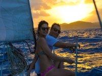 Relájate en un atardecer a bordo de un velero