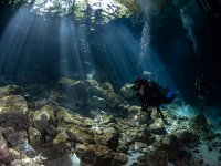 Practicando buceo en las profundidades de Tulum