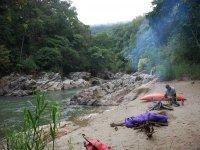 Campamento de kayaks