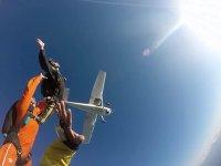 saltando en paracaidas