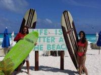 Con las tablas en la arena de la playa