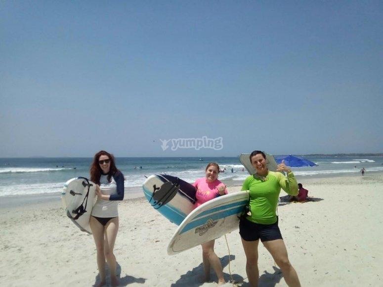 Chicas disfrutando del surf