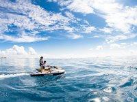 Maneja una moto de agua con la mejor compañía