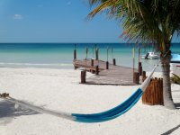 La relajación de la mano a un hermosa playa