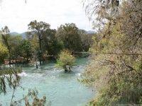 Cruzando el río en canopy