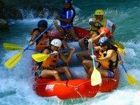 Remando en rafting