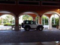 Jeep bajo los soportales