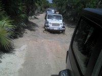 Jeeps por el camino embarrado