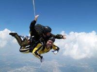 Cerrando los ojos durante el salto de paracaidismo