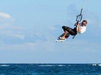 Brincando en kitesurf
