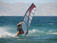 Deslizandose en el mar con windsurf