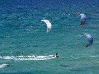 Deporte de kitesurf en el mar
