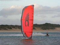 Kitesurfer en el mar