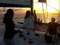 Paseo en barco para admirar un bello atardecer