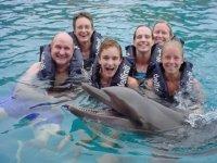 Nado con delfines en familia