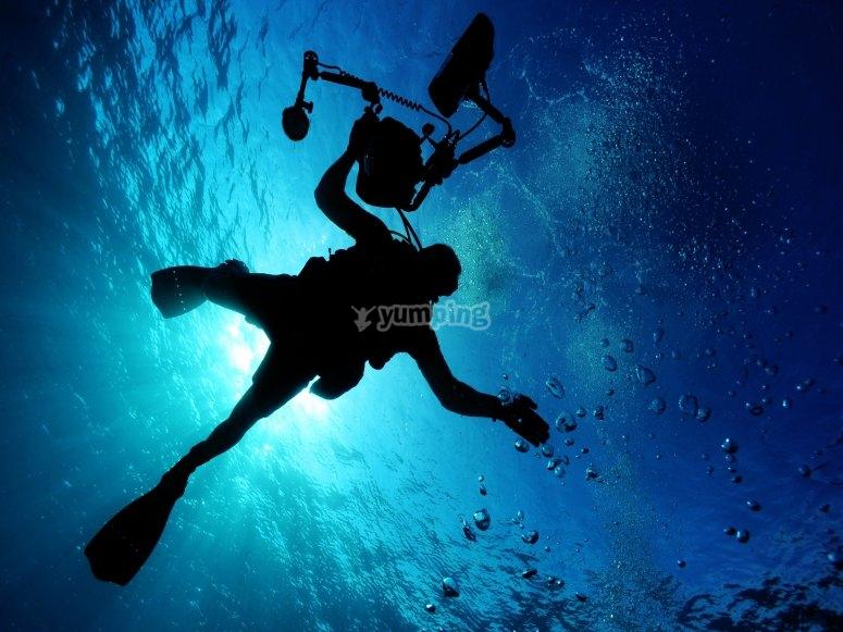Bajo el mar Caribe buceando