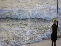 Pesca a la orilla del mar