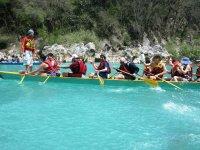 Canoa y remos hacia la cascada de Tamul en la huasteca