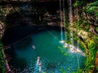Hermoso cenote en la  selva maya