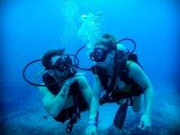 Realiza snorkel en pareja