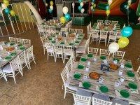 Salón de fiesta con platos verdes