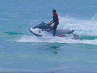 En la moto de agua con chaleco