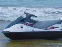 Moto Yamaha en la costa