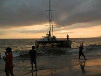 Con el barco en la orilla