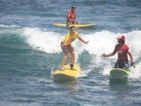 Surfear con instructor