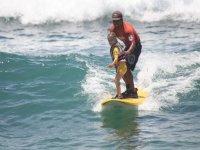 Surfear con niña pequeña