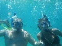 Bajo el mar con mascaras de snorkel