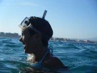 Con gafas de snorkel en la cabeza