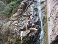 Tirolesa en las cascadas