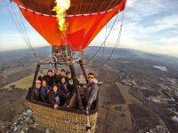 Grupo volando en el globo